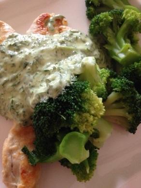 Brokkoli, Hähnchenbrustfilet und Grüne Sauce